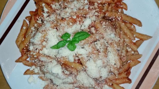 Skrblíkova kuchařka: Penne se slaninou, cibulí a rajčatovou passatou