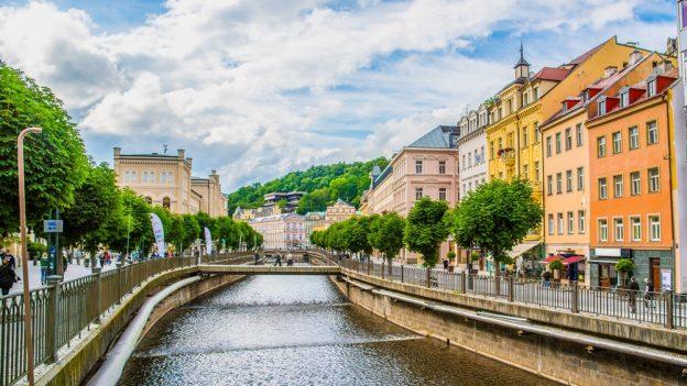 Příspěvky na dovolenou vČR:  5000Kč do Karlových Varů, dotace na lázně, slevy na vstupném vPraze