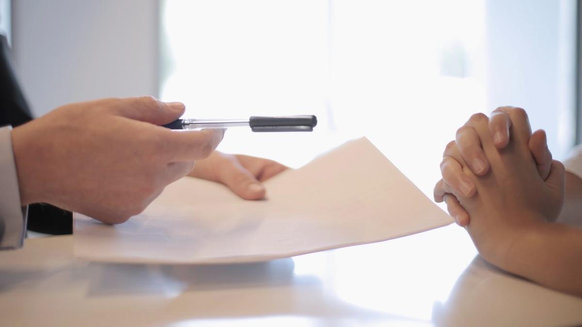 Finance: Účty zdarma, cestovní ijiné pojištění, spoření, úvěry ajak se zbavit dluhů
