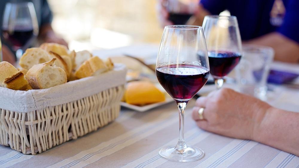 Jak se správně drží sklenice s vínem