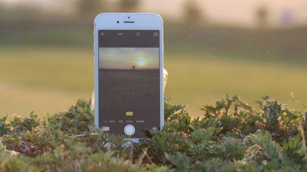 Každý rok nový iPhone aSamsung za 990Kč měsíčně. Vyplatí se pronájem telefonu od Alzy?