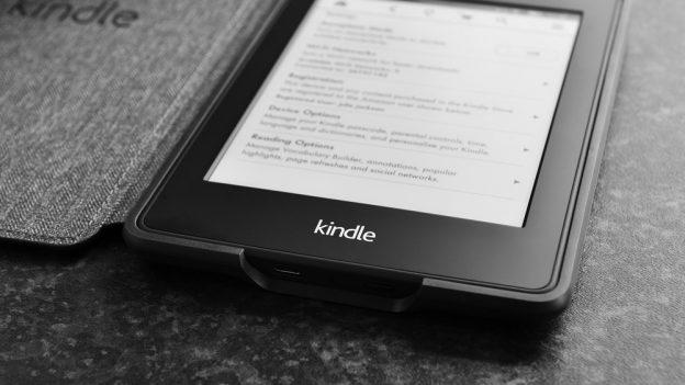 Levná čtečka knih: Amazon Kindle 7 za 49 €, Amazon Kindle Paperwhite 2 za 99 €