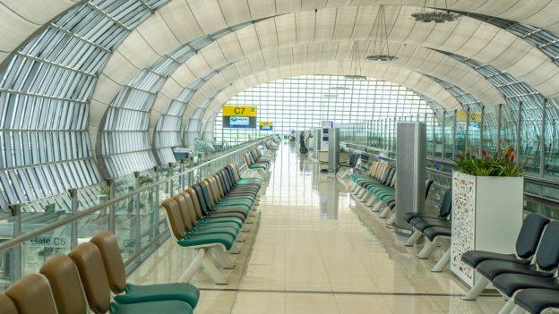 Spaní na letišti: Tipy jak na to psané zpohodlí kovové lavičky